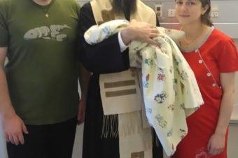 La Maternitatea din Roskilde, Danemarca, Părintele Episcop Macarie Dragoi împreună cu micuța Iris, primul copil al tinerilor părinți Bogdan și Bianca Mocanu, 7aprilie 2017