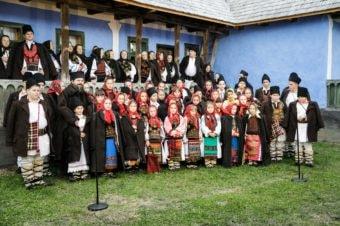 Părintele Episcop Macarie Drăgoi colindă împreună cu grupul de colindători din satul său natal, Spermezeu, jud. Bistrița-Năsăud